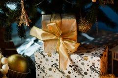 圣诞节下礼品结构树 免版税库存照片
