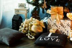 圣诞节下礼品结构树 免版税图库摄影