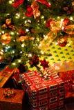 圣诞节下礼品结构树 免版税库存图片