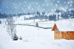 圣诞节与一个小木小屋的冬天风景在mounta 图库摄影