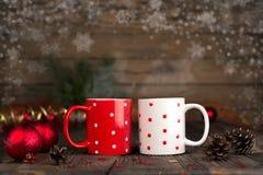 圣诞节与一个杯子的概念构成在一张木桌上 免版税库存照片
