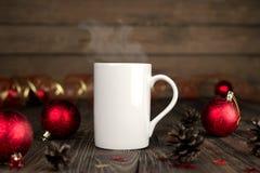圣诞节与一个杯子的概念构成在一张木桌上 免版税库存图片