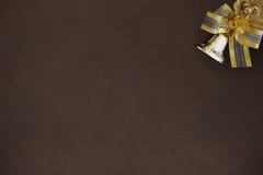 圣诞节与一把弓的装饰响铃在黑暗的背景 免版税库存照片