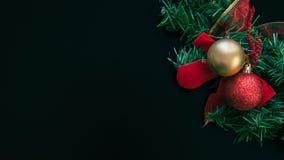 圣诞节与一把红色弓的花圈装饰 免版税库存照片