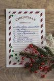 圣诞节与云杉的分支、白色雪花、装饰品和绿色五彩纸屑的购物单 免版税图库摄影