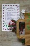 圣诞节与云杉的分支、白色雪花、银色星、购物袋、装饰品和绿色五彩纸屑的购物单 免版税库存图片