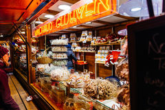 圣诞节与人赞赏的圣诞节甜点的市场摊位 免版税库存照片