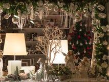 圣诞节与传统瓷小雕象的陈列窗装饰 免版税库存照片
