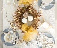 圣诞节与传统假日装饰的表设置 图库摄影