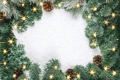 圣诞节与光的冷杉花圈 免版税库存图片