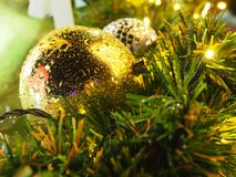 圣诞节与光的金球 免版税库存图片