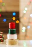 圣诞节与光bokeh的丝带树 免版税库存照片