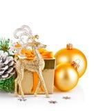 圣诞节与分支冷杉木和礼物的金鹿 库存照片