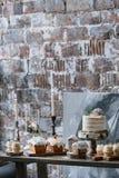 圣诞节与华而不实的屋的装饰的点心桌 库存照片