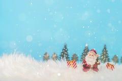圣诞节与圣诞老人和装饰的假日背景 与礼物和雪的圣诞节风景 圣诞快乐和愉快的新的ye 免版税库存图片