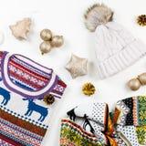 圣诞节与圣诞节毛线衣、帽子、礼物和光的心情构成 冬天概念平的位置,顶视图 库存图片