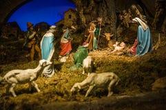 圣诞节与小雕象的饲槽场面包括耶稣,玛丽,乔斯 免版税库存照片