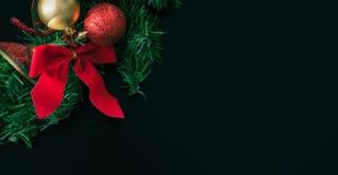圣诞节与弓和树装饰品的花圈装饰 免版税库存图片