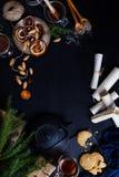 圣诞节与新年装饰的姜饼曲奇饼在木头 免版税库存图片