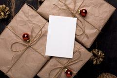 圣诞节与新年装饰的贺卡在木背景 免版税库存图片