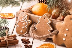 圣诞节与杉木锥体和坚果的圣诞节构成 图库摄影