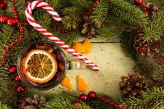 圣诞节与杯的框架装饰酒和甜糖果黏附 图库摄影