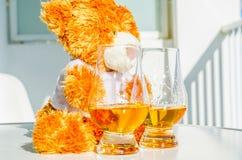 圣诞节与杯的玩具熊唯一麦芽威士忌,标志o 库存图片