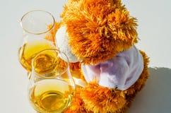 圣诞节与杯的玩具熊唯一麦芽威士忌,标志o 免版税库存图片