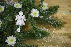 圣诞节与树枝和天使的摄影图片与爱心脏装饰和白色冬天花洒与雪 免版税库存照片