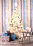 圣诞节与树礼物和婴孩晃动椅子的装饰内部 免版税库存照片