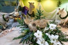 圣诞节与模型包括一个空的饲槽,加州的饲槽场面 免版税库存照片