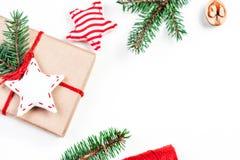 圣诞节与欢乐装饰和礼物的假日背景 免版税图库摄影