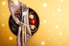 圣诞节与欢乐装饰的桌设置在金黄bac 库存图片