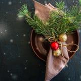 圣诞节与欢乐装饰的桌设置在黑色后面 库存图片