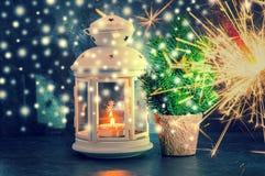 圣诞节与烛光、孟加拉闪烁发光物和fi的贺卡 免版税库存图片