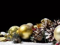 圣诞节与球冷杉球果黑Backgr的新年构成 免版税库存照片