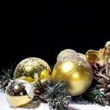 圣诞节与球冷杉球果黑Backgr的新年构成 免版税图库摄影
