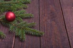 圣诞节与球的装饰树在木背景 库存照片