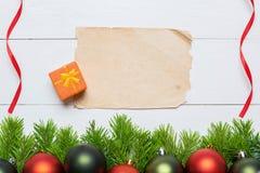 圣诞节与白纸的杉树在一个木板 免版税库存图片