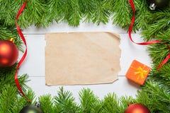 圣诞节与白纸的杉树在一张木桌上 库存图片