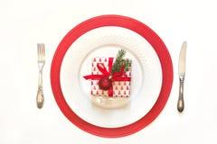 圣诞节与白色餐具、银器和红色装饰的桌设置在白色 顶视图 复制空间 库存图片