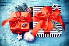 圣诞节与礼物的假日设置在箱子和欢乐12月 图库摄影
