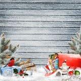 圣诞节与礼物的问候背景,与信件的一个邮箱,杉木分支和圣诞节装饰 免版税库存照片