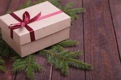 圣诞节与礼物盒的杉树在木板 图库摄影