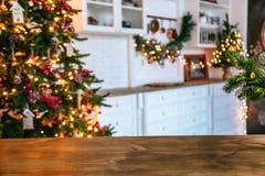 圣诞节与空的土气桌的假日背景和客厅的bokeh有圣诞树的在第二个计划 免版税图库摄影