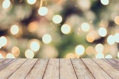 圣诞节与空的木桌的假日背景 免版税库存图片