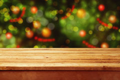 圣诞节与空的木甲板桌的假日背景在欢乐bokeh 为产品蒙太奇准备 库存图片