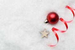 圣诞节与红色中看不中用的物品、漩涡和星的雪背景 图库摄影
