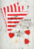 圣诞节与红色和白色题材曲奇饼切削刀-垂直的假日背景 库存照片