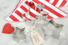 圣诞节与红色和白色题材曲奇饼切削刀-特写镜头的假日背景 免版税库存照片